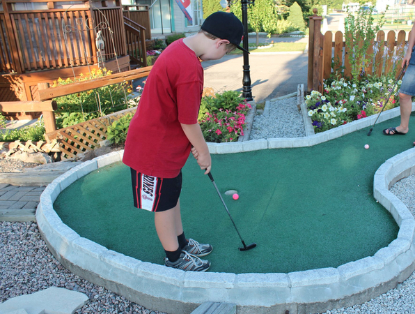 camping near Niagara Falls golf mini-putt